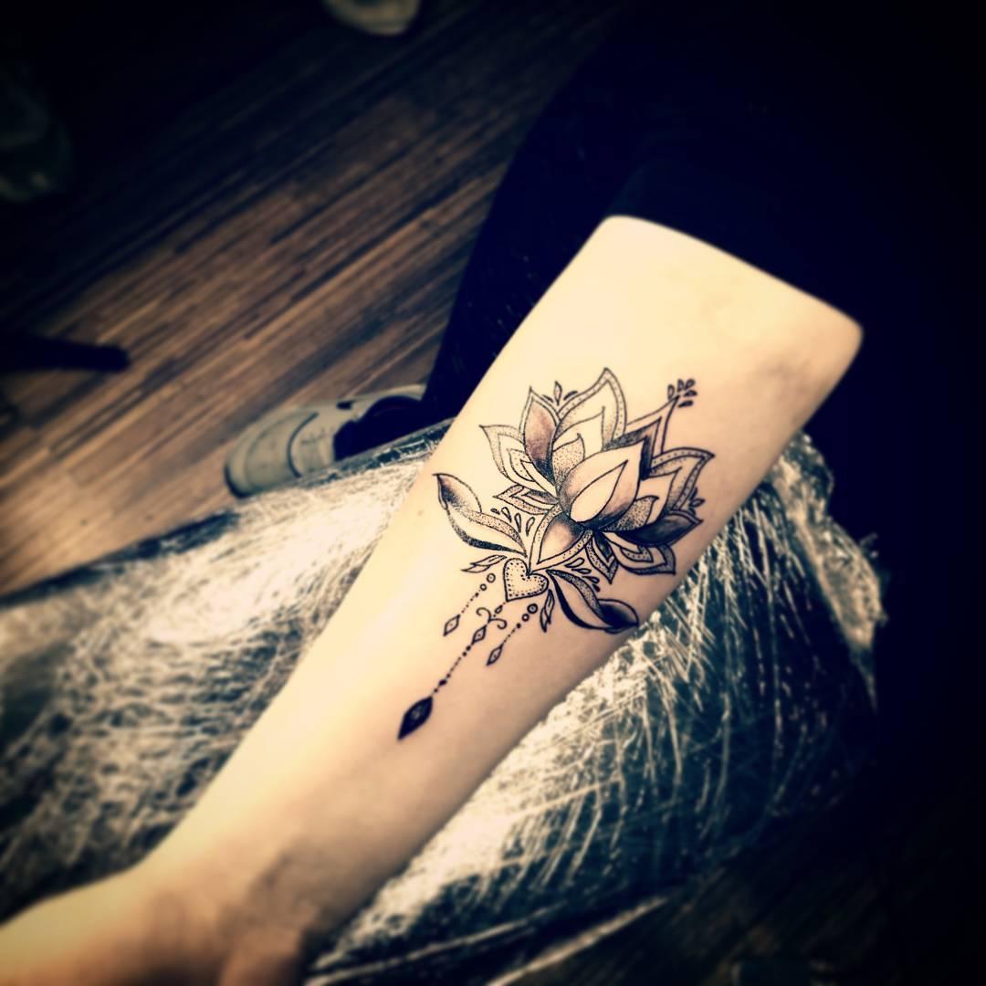 黎小姐小臂莲花纹身图案