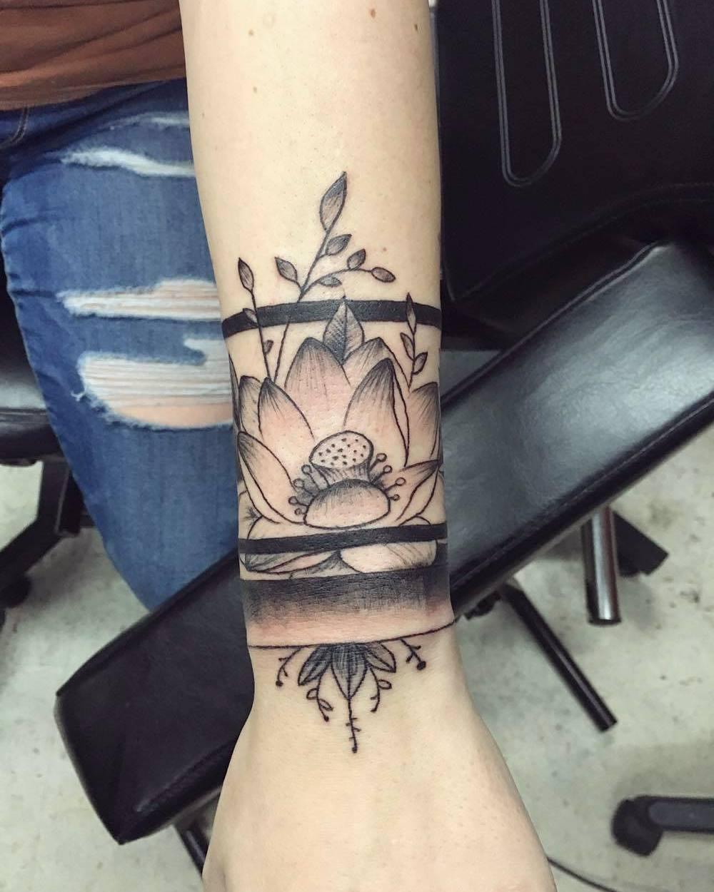 康小姐手腕荷花臂环纹身图案